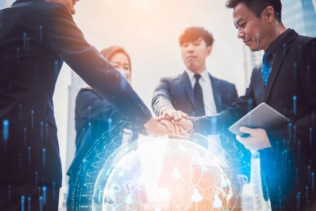 Globales netzwerk und eine weltkarte. block-chain-konzept. teamwork join hands partnerschaft nach abschluss der transaktion, erfolgreiche teamarbeit.