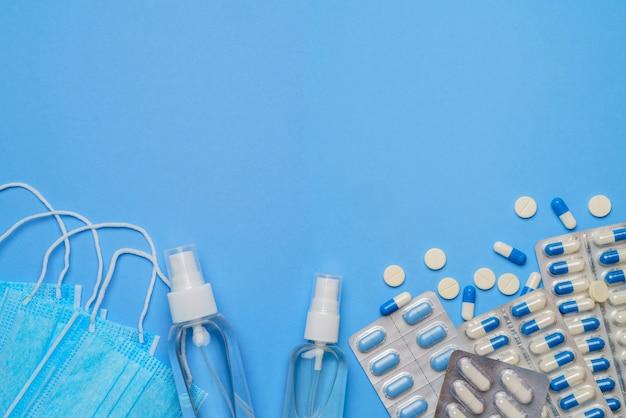 Globales pandemie-schutzkonzept von coronavirus - chirurgische medizinische gesichtsmasken, händedesinfektionsgel und spay für hygiene und pillen