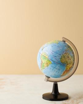 Globus auf einer hellen oberfläche mit platz für text
