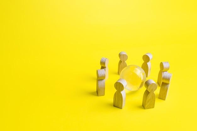 Globus erde in einem kreis von menschen. kommunikation und zusammenarbeit. weltgemeinschaft, einheit. diplomatie