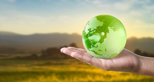 Globus, erde in menschlicher hand, hält unseren planeten glühend. erdbild von der nasa