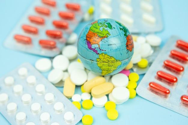 Globus in den händen des arztes. die bewohner des planeten bekämpfen das coronavirus. die globale pandemie covid 19. globus in einer medizinischen maske.