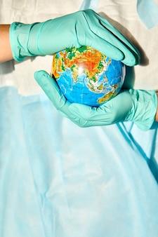 Globus in den händen des arztes in hartem licht