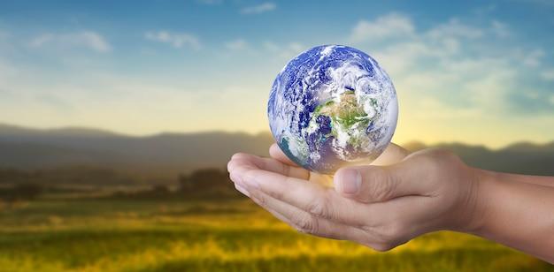 Globus in der hand, energiesparkonzept der erde, elemente dieses von der nasa bereitgestellten bildes