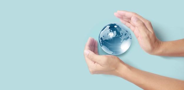 Globus in der hand, energiesparkonzept, elemente dieses von der nasa bereitgestellten bildes