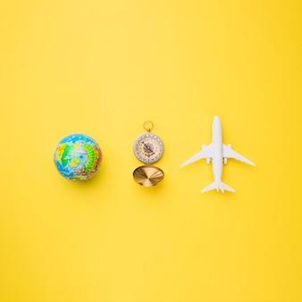 Globus, kompass und spielzeugflugzeug