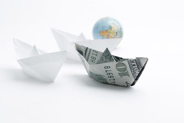 Globus und schiffe, hergestellt in der origami-technik