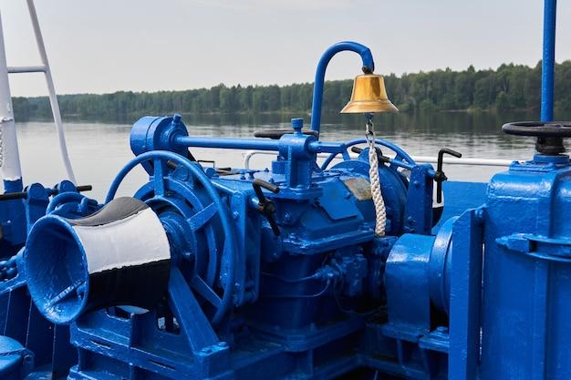 Glocke, ankerwinde, spill und andere mechanismen, blau lackiert, auf dem vordeck des flussschiffes, nahaufnahme