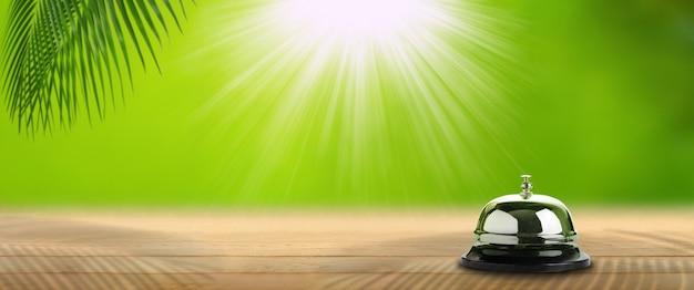 Glocke auf holz mit grünem hintergrund, natürliches therapiekonzept