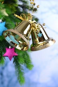 Glocken mit weihnachtsdekoration auf hellem hintergrund