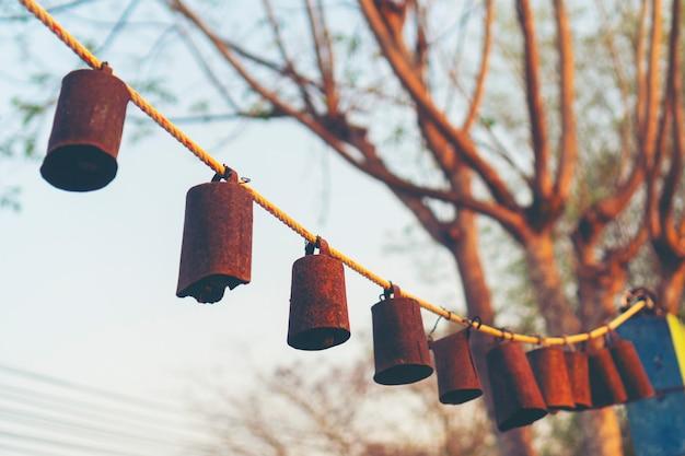 Glocken zusammen während des sonnenuntergangs angeordnet