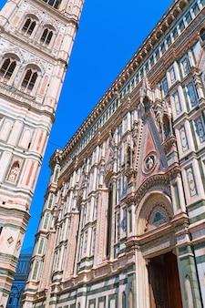 Glockenturm der kathedrale der heiligen maria der blume.
