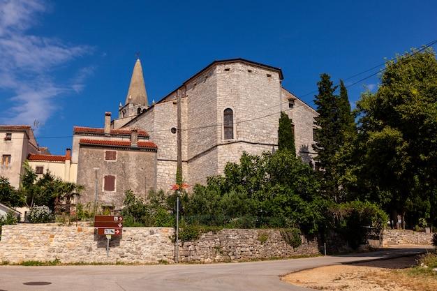 Glockenturm der kirche der heimsuchung der jungfrau maria zu st. elizabeth in valle, bale