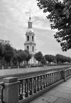 Glockenturm der st.-nikolaus-meerskathedrale hoher schlanker turm mit turmspitze im barockstil