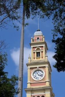 Glockenturm des historischen bahnhofs