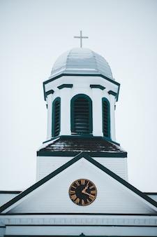 Glockenturm des kirchengebäudes