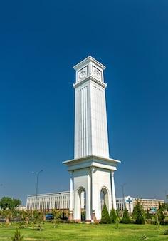 Glockenturm im al-xorazmiy park in urgench, usbekistan. zentralasien