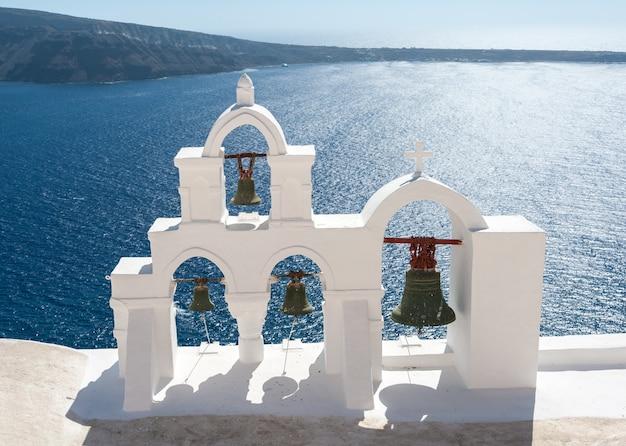 Glockenturm über dem schönen meer von santorini