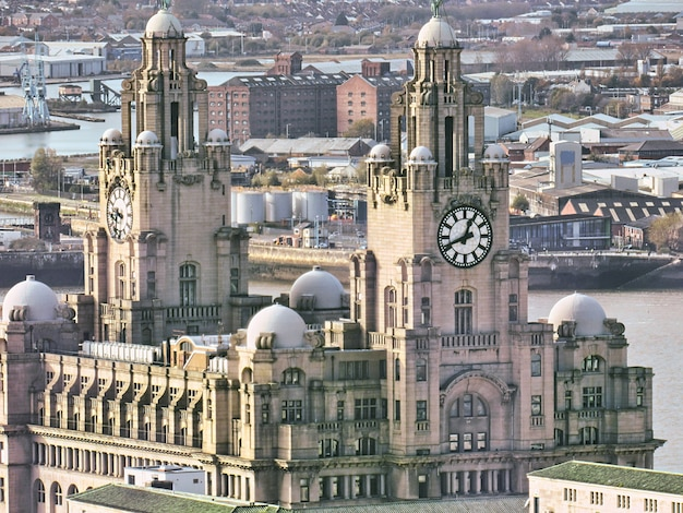 Glockenturm und alte architektur in der liverpool-stadt