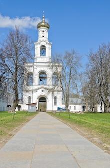 Glockenturm von st george kloster in veliky novgorod, russland