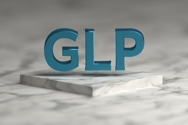 Glp-buchstaben in der blauen glänzenden metallischen beschaffenheit, die über marmorsockelpodium fliegt. glp - standardkonzept für gute laborpraxis zur präsentation.