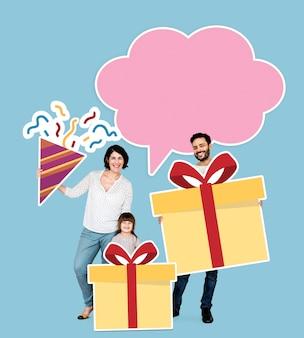 Glückliche Familie, die Geschenkboxikonen hält
