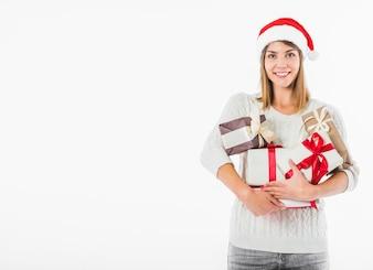 Glückliche Frau in Sankt-Hut mit Geschenkboxen