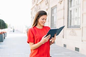 Glückliches Tagebuch der jungen Frau Lese in der Stadt