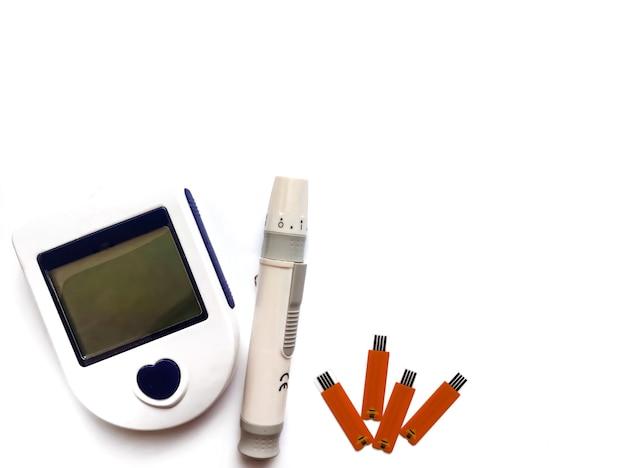 Glucometer isoliert auf weißem hintergrund. das gerät zur messung des blutzuckers bei diabetes.