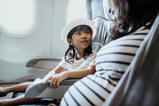 Glück asiatisches kleines mädchen in der flugzeugkabine