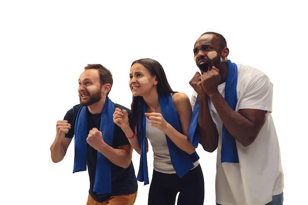 Glück. multiethnische fußballfans jubeln für ihre lieblingsmannschaft mit hellen emotionen isoliert auf weißem hintergrund. schöne kaukasische frauen sehen aufgeregt und unterstützend aus. konzept von sport, spaß, unterstützung.
