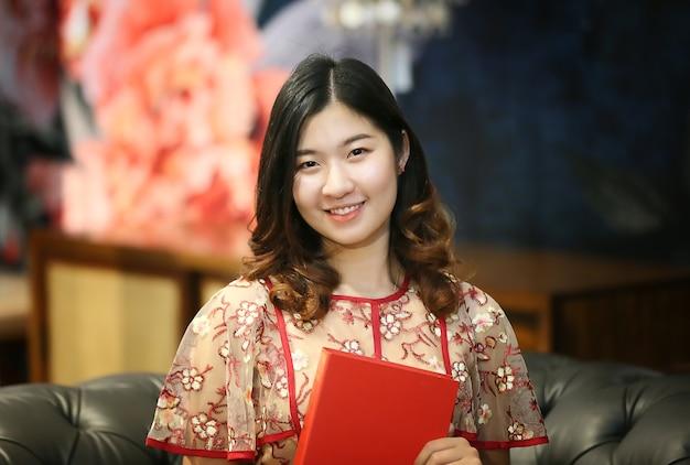 Glück und selbstvertrauen junge asiatische frau sind die schönsten dinge in innenräumen.