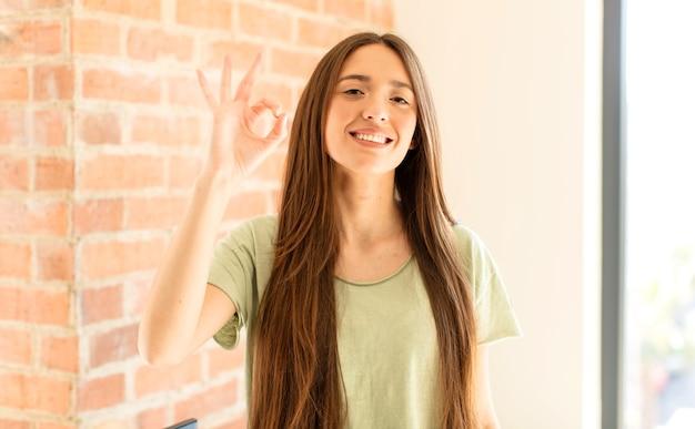 Glücklich, entspannt und zufrieden sein, zustimmung mit okay geste zeigen, lächeln