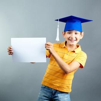 Glücklich grundschüler spielen mit einem leeren zeichen