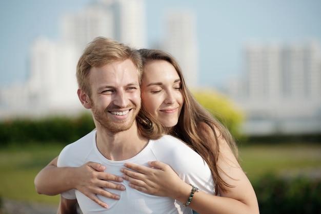 Glücklich in ihrer umarmung