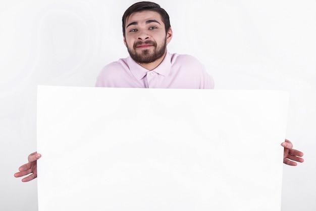 Glücklich kaukasisch mann präsentiert nachricht an die menschen