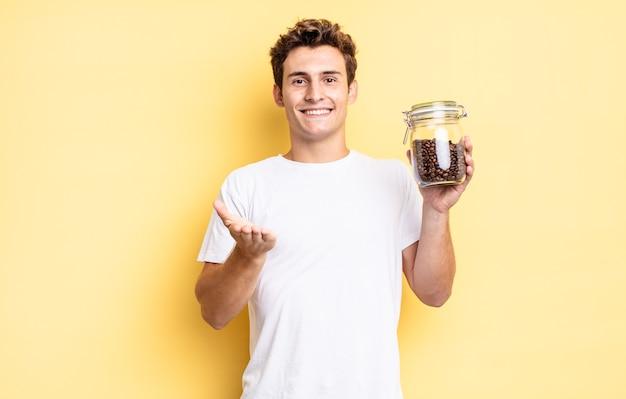 Glücklich lächeln mit freundlichem, selbstbewusstem, positivem blick, ein objekt oder konzept anbieten und zeigen. kaffeebohnen-konzept