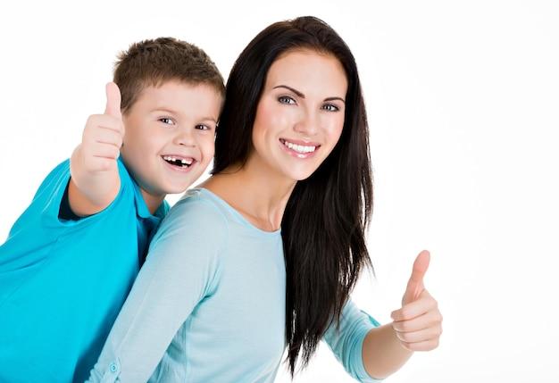 Glücklich lächelnde junge mutter mit sohn. auf weiß isoliert