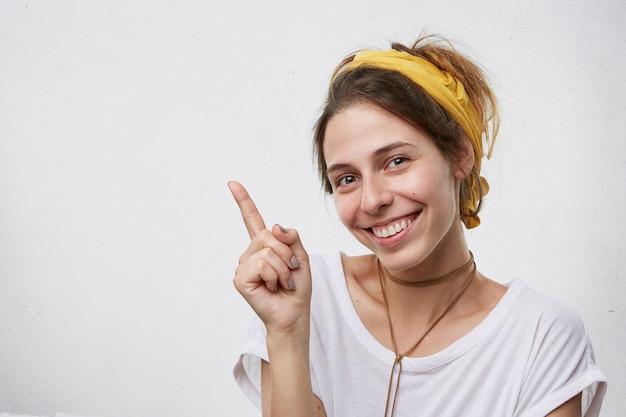 Glücklich lächelnde schöne frau mit gelbem schal