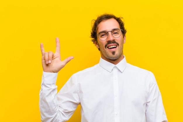 Glücklich, lustig, selbstbewusst, positiv und rebellisch sein, mit der hand rockzeichen machen