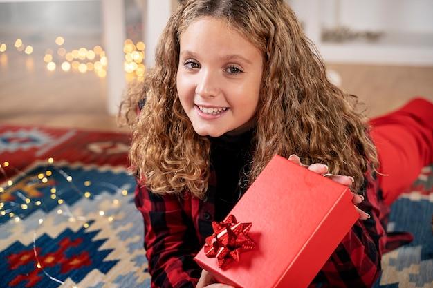 Glücklich mit rotem geschenk in der weihnachtszeit