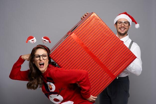 Glücklich über großes weihnachtsgeschenk