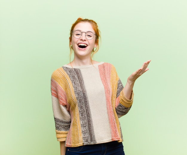 Glücklich, überrascht und fröhlich sein, mit positiver einstellung lächeln, eine lösung oder idee verwirklichen