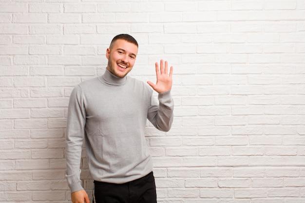 Glücklich und fröhlich lächeln, mit der hand winken, dich begrüßen und begrüßen oder sich verabschieden