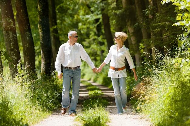 Glückliche ältere draußen laufende paare