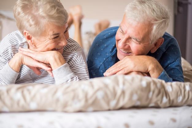Glückliche ältere ehe, die einander anstarrt