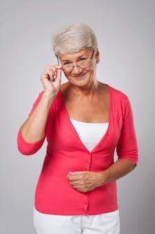 Glückliche ältere frau in gläsern