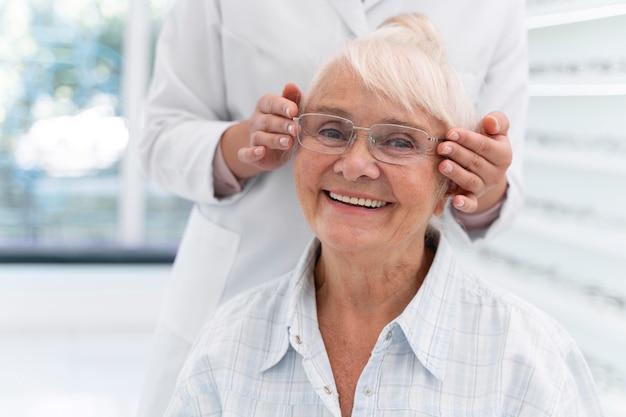 Glückliche ältere frau mit brille