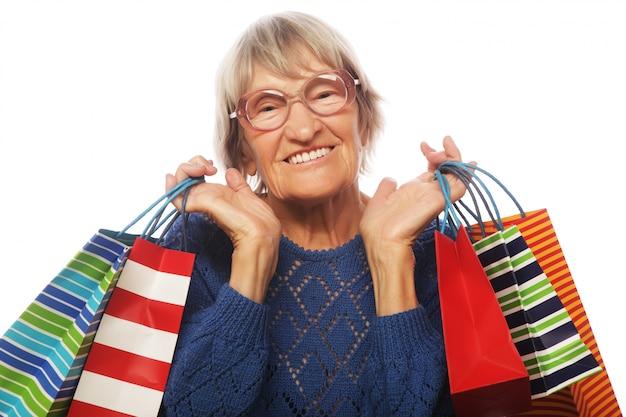 Glückliche ältere frau mit einkaufstüten
