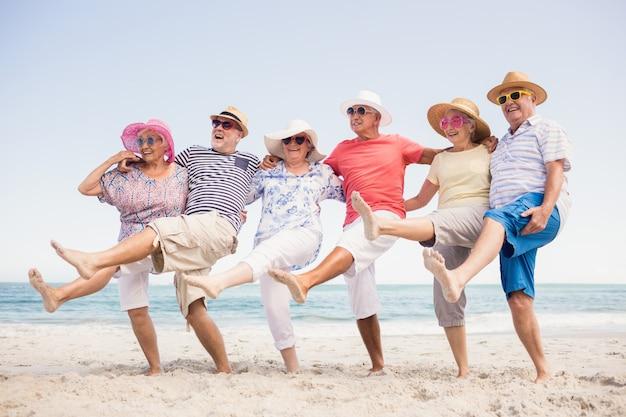Glückliche ältere freunde tanzen